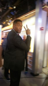 Justin getting the Victory sign from Michael Strahan