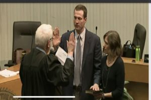 Knoxville Municipal Judge John Rosson, Jr. administering the Oath of Office to Councilman Tommy Smith
